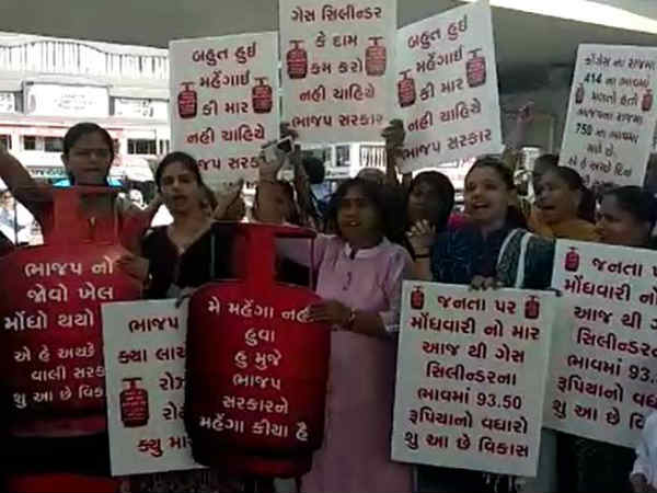 Surat Congress Woman Wings Protest Against Gas Price