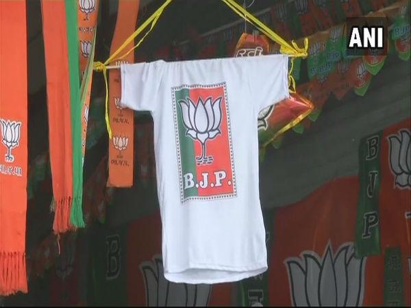 ભાજપની ટી-શર્ટ અને કોંગ્રેસની છત્રી, કોઇને ખરીદવી છે?