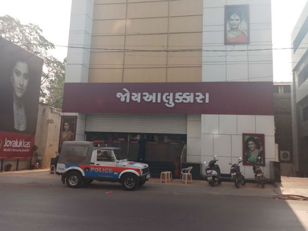 It Raid At Joyalukkas Shops All Over In Gujarat