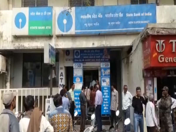 Jamnagar Thieves Looted 6 Lakhs Rupees From Sbi Branch