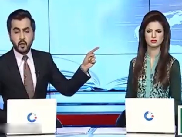 Viral Video 30 Seconds Clip Two Anchors Fighting Newsroom Pakistan