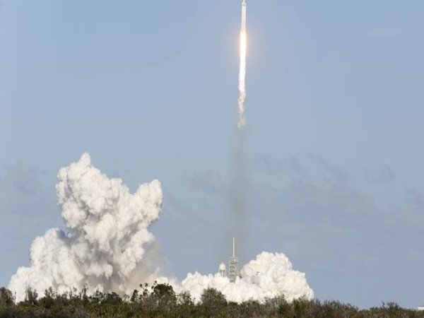 Spacex Launches Falcon Heavy World S Most Powerful Rocket