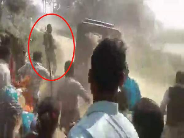 Women Men Beat Up The Policemen In Balrampur