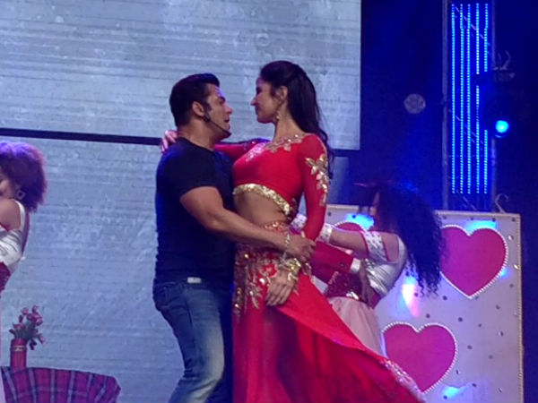 Salman Khan Katrina Kaif S Pda Grabs Eyeballs In Dabang Tour Have A Look