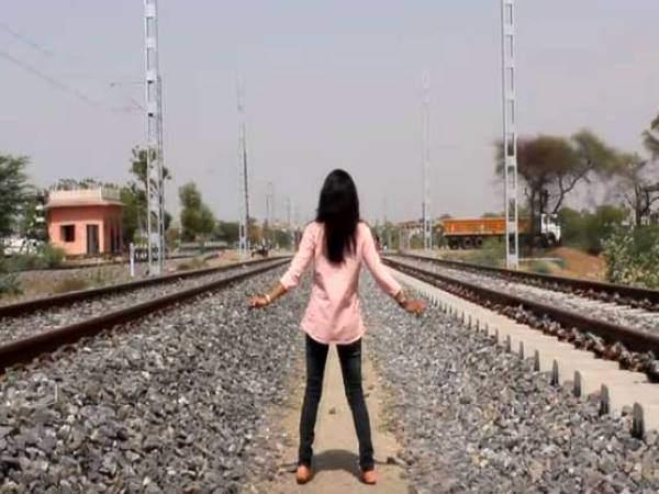 Video: ટ્રેનના પાટા વચ્ચે યુવતીએ કર્યું ચોંકાવનારું કામ