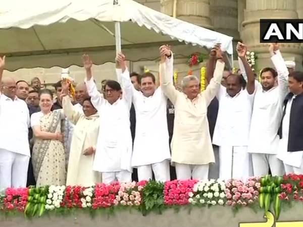 Hd Kumaraswamy Swearing Karnataka Cm Rahul Gandhi Akhilesh Yadav And Other Opposition Leader Attend