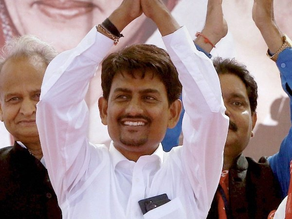 Alpesh Thakor Showers Note From Stage Violating Rbi Guidelin