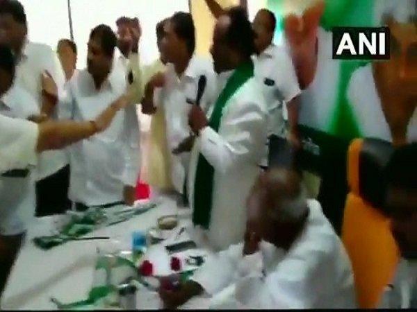 કર્ણાટકઃ જેડીએસ કાર્યકર્તાઓએ બેઠકમાં કર્યો હોબાળો, જુઓ વીડિયો