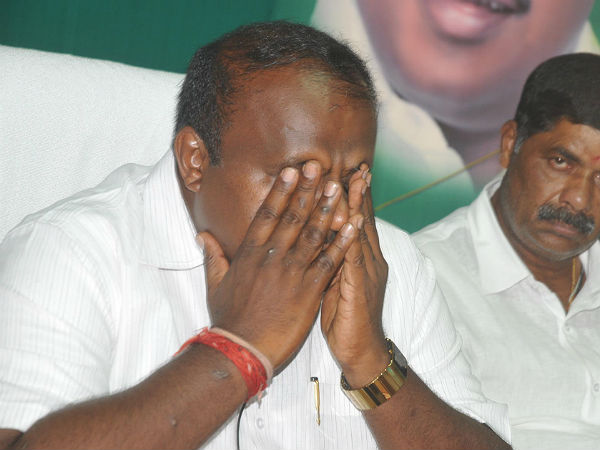 Karnataka Cm Hd Kumarswamy Breaks Down In A Meet Says I Know The Pain Of Coalition Gov