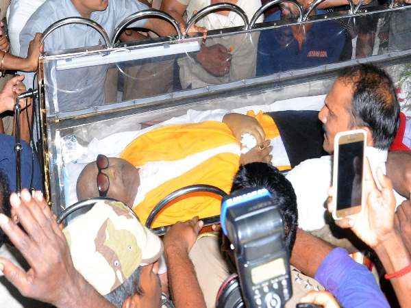 Death Unites Two Tamilnadu S Arch Rivals Karunanidhi Gets B