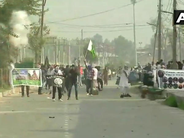 Clashes Break Between Security Forces Protesters Srinagar Jammu Kashmir