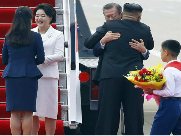 Kim Jong Un Hugs Moon Jae In South Korea Wants Nuclear Nego
