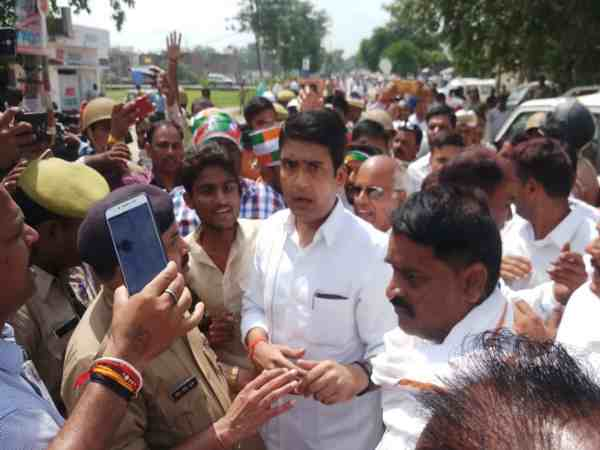 રાહુલ ગાંધીની રેલીમાં ભાજપ-કોંગ્રેસના કાર્યકરો વચ્ચે બબાલ, પોલીસે કરવો પડ્યો લાઠીચાર્જ