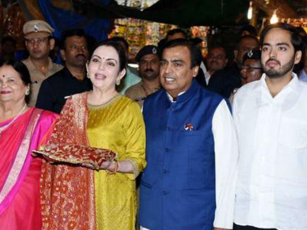 Ambanis Visit Siddhivinayak Temple Offer Isha Ambani Anand P