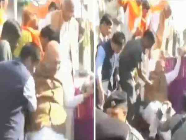 Amit Shah Fall Down His Vechicle During Gwalior Road Show