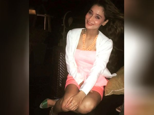 Actress Sara Khan Apologises Over Her Remarks On Burka Islam