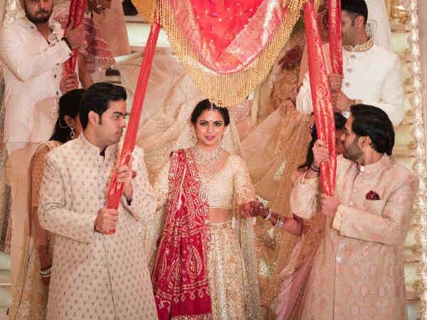 આ પણ વાંચોઃ Pic & Video: ઈશા અંબાણીના લગ્નમાં ઠહાકા લગાવતી એશ, શાહરુખ, સલમાન...