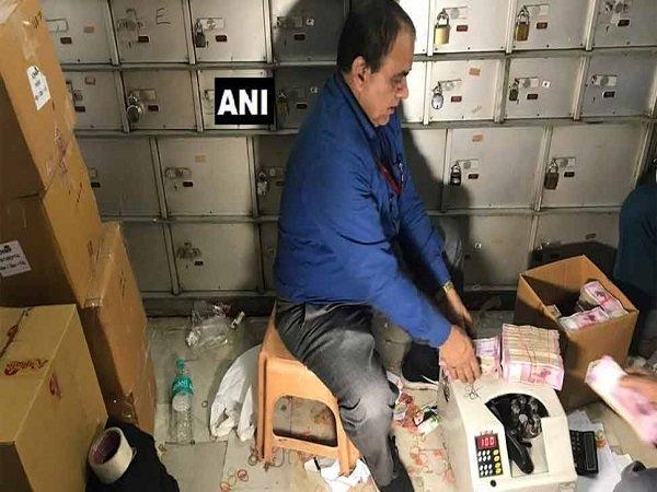 Income Tax Raid At Delhi S Chandni Chowk Shop 25 Crore Seiz