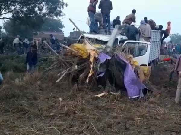 Uncontrolled Truck Hit Home Killed From Family In Chandauli