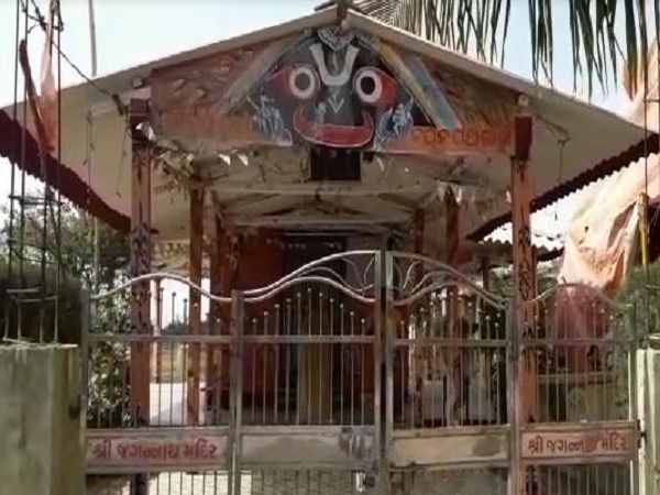 In Surat City Vicious Thieves Steal From Four Temples Caught Cctv Footage
