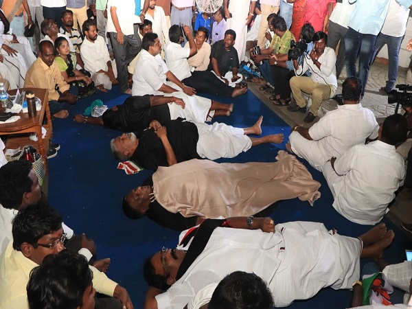 Puducherry Cm V Narayanasamy Sleeps On Road Outside Kiran Bedi S Home