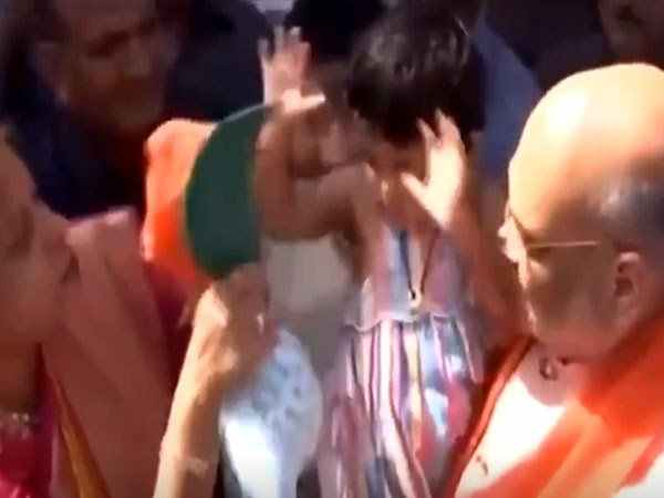 Video Amit Shah Grand Daughter Refuses To Wear Bjp Hat
