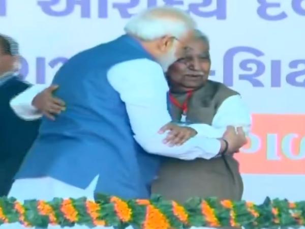 Gandhinagar Pm Modi Touches Feet Ex Cm Gujarat Keshubhai Patel