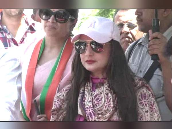 Ameesha Patel Road Show For Congress In Vadodara Of Gujarat