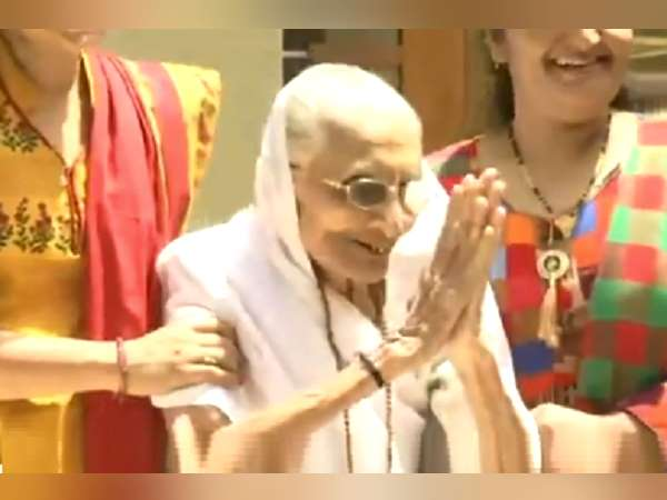 Narendra Modi S Mother Heeraben Give Greets During Election Results Gujarat