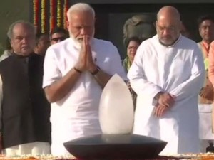 Pm Narendra Modi Pays Tribute To Mahatma Gandhi At Rajghat And Vajpayee At Sadaiv Video