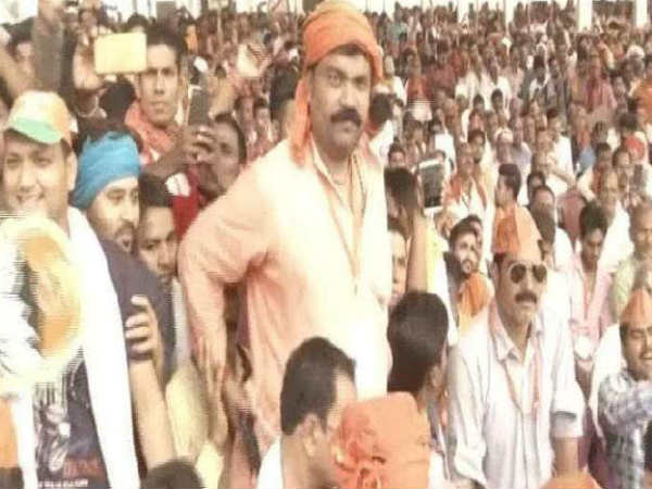 Big Security Lapse In Pm Modi Rally Man Reaches With Arms At The Venue