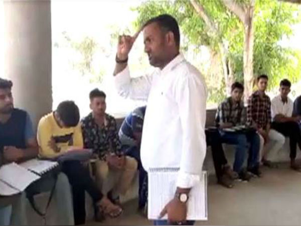 Gujarati Teacher Took The Cemetery To Teach The Children
