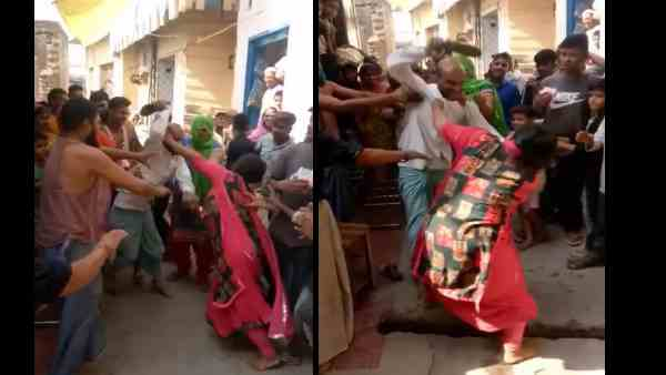 Video Man Attack Women With Chappals People Keep Watching