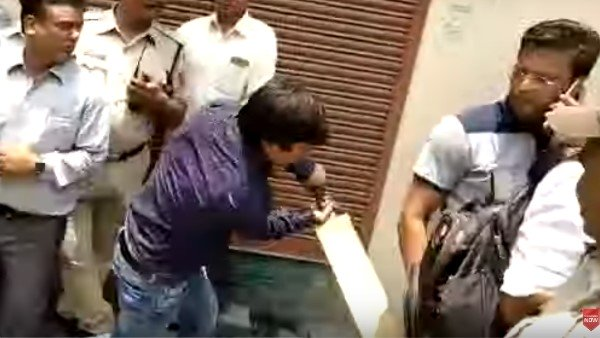 Mla Akash Vijayvargiya Thrashes A Municipal Corporation Officer