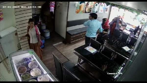 Six Women Enter In The Shop Stole Money In 1 Minute