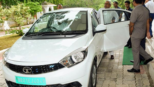 Bihar Cm Nitish Kumar Arrives In Assembly By Electric Car