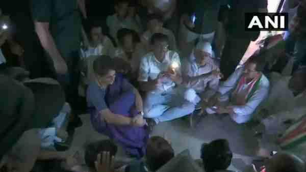 સોનભદ્ર હત્યાકાંડઃ જેલમાં નાખવી હોય તો નાખી દો, પીડિતોને મળ્યા વિના નહિ જઉઃ પ્રિયંકા ગાંધી