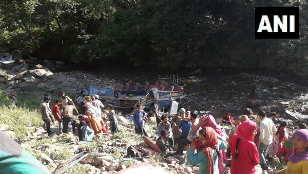 A Major Accident In Jammu Kashmir Kishtwar Mini Bus Falls Into Gorge Many Died