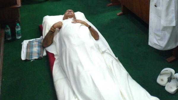 ફ્લોર ટેસ્ટ ન થવાના વિરોધમાં બીએસ યેદિયુરપ્પાએ જમીન પર સૂઈને રાત વિતાવી