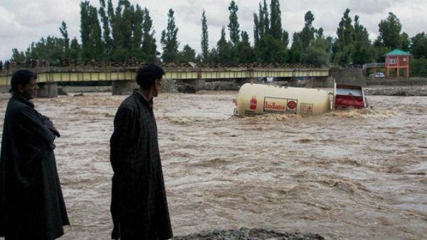 Maharashtra Kerala Karnataka Gujarat Flood Updates 221 Dead Heavy Rain Likely In Satara Today