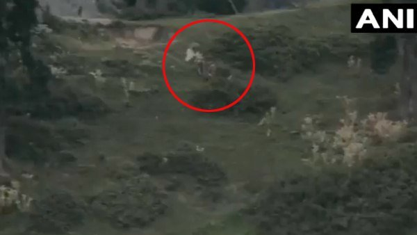 Video: ભારતીય સૈન્યની કાર્યવાહીમાં માર્યા ગયેલા બે સૈનિકોના શબ લેવા સફેદ ઝંડા સાથે આવી પાક સેના