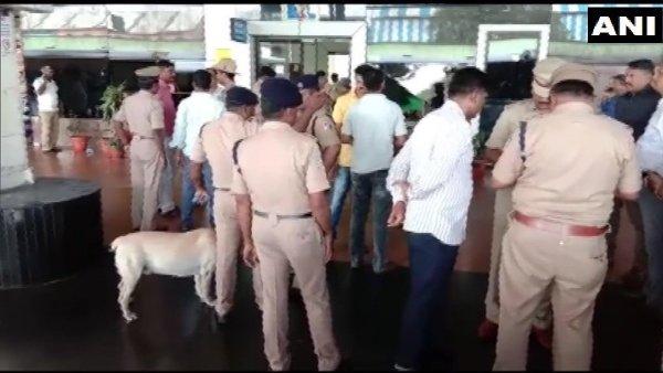 કર્ણાટકઃ હુબલી રેલવે સ્ટેશન પર લાવારિસ પડેલા સામાનમાં વિસ્ફોટ, એક વ્યક્તિ ઘાયલ