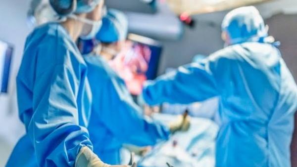ભારતીય ડૉક્ટરનો કમાલ, શરીરમાં કાપો માર્યા વિના મહિલાના ગળામાંથી કાઢ્યા 53 પથ્થર