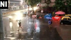 <strong>આ પણ વાંચોઃ વાવાઝોડા 'મહા'ની અસર, મુંબઈમાં વરસાદ, આ રાજ્યોમાં આવી શકે આંધી-તોફાન</strong>