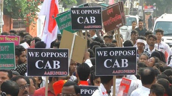 CAB: દિલ્હીમાં પ્રદર્શનકારીઓએ DTCની બસ સળગાવી, બે ફાયરમેન ઘાયલ