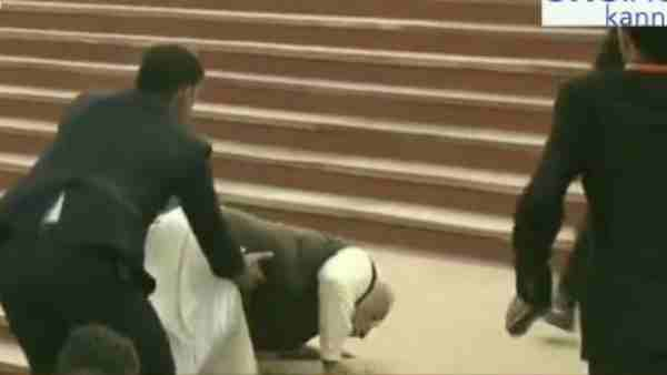 ગંગા બૈરાજની સીડીઓ પર ચડતી વખતે લપસી ગયા પીએમ મોદી, Video