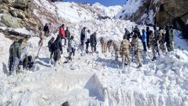 આ પણ વાંચોઃ જમ્મુ કાશ્મીરઃ એલઓસી પાસેના વિસ્તારોમાં ભીષણ હિમસ્ખલન, 4 જવાન ગાયબ
