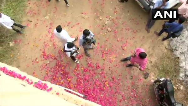 હૈદરાબાદ એનકાઉન્ટરઃ ક્રાઈમ સીન પર લોકોએ લગાવ્યા જયકારા, વરસાવ્યા ફૂલ, જુઓ વીડિયો