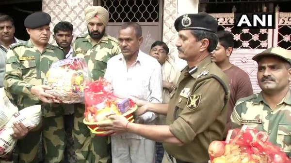 દિલ્હી હિંસામાં સળગ્યું જવાનનું ઘર, એન્જીનિયરની ટીમ સાથે પહોચી BSF, કરી 10 લાખની મદદ