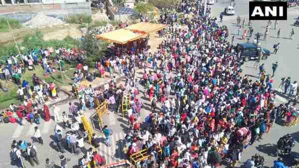 લોકડાઉનને: દિલ્હી-યુપી બોર્ડર પર લોકોની ભીડ જોવા મળી, સિસોદીયા સમજાવવા પહોંચ્યા